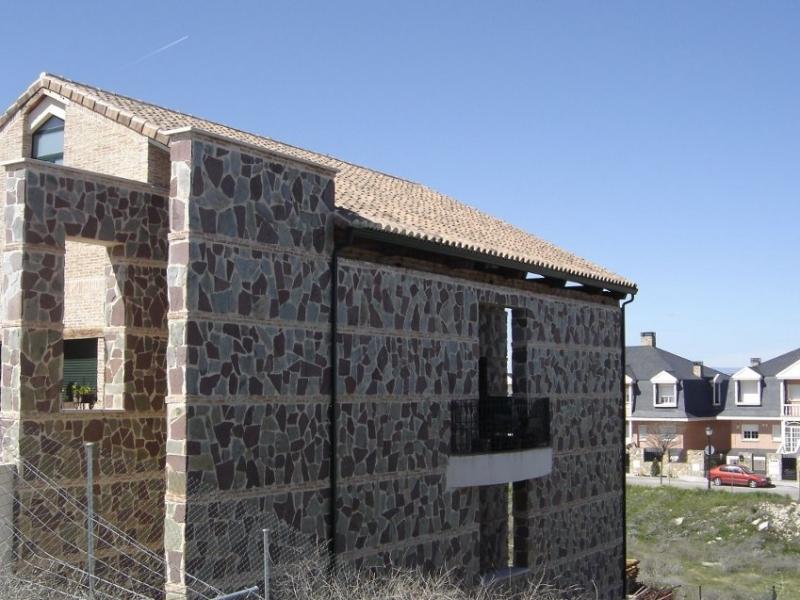 Construcci n de chalet chapado de piedra natural y - Chalet de madera y piedra ...